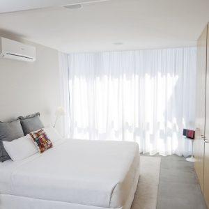 Belyy-kondicioner-v-interere-spalni-foto